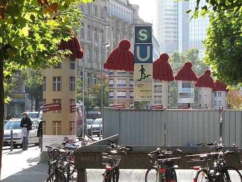 Litfaßsäulen mit Mützen in Frankfurt